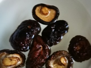 藕饼,泡发香菇。