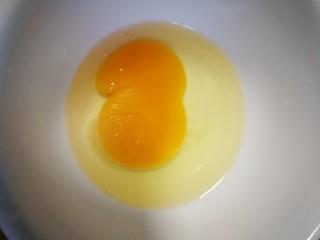 藕饼,鸡蛋一个打散。
