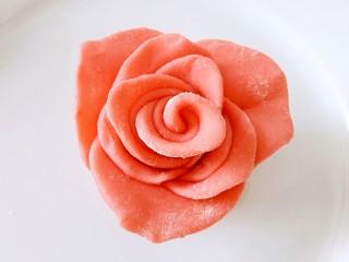 吃掉一朵花+玫瑰花馒头,花瓣整理成图中那样,静止醒发10分钟,凉水上锅蒸30分钟即可