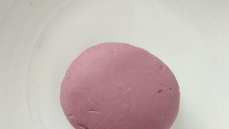 吃掉一朵花+紫薯小花馒头,直到揉成光滑的紫色面团,放温暖处醒发