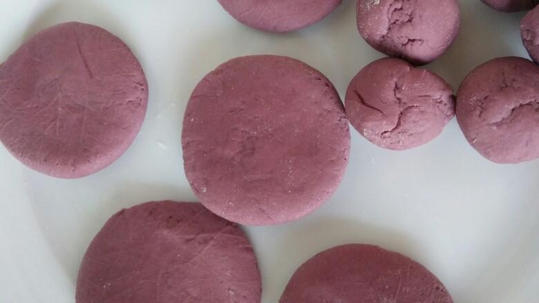 吃掉一朵花+紫薯小花馒头,取大面剂子按扁