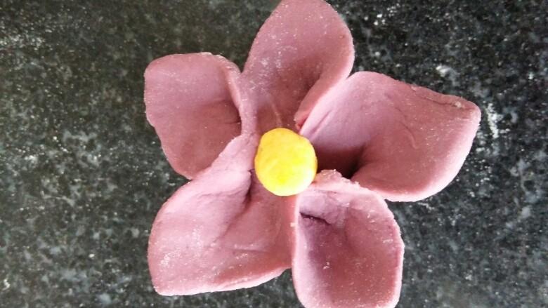 吃掉一朵花+紫薯小花馒头,取黄色发面团做花蕊