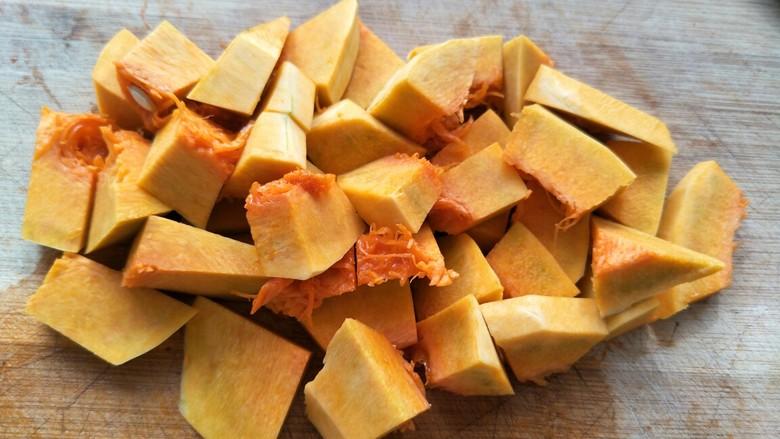 小米南瓜粥,把南瓜切块备用。