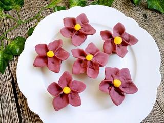 吃掉一朵花+紫薯小花馒头,依次做完,醒10分钟,凉水上锅蒸30分钟即可