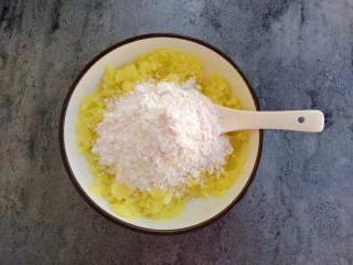 椰蓉土豆球,放入糯米粉