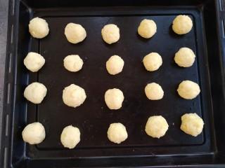 椰蓉土豆球,搓成球,烤箱180°上下预热