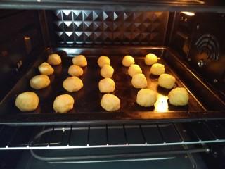 椰蓉土豆球,放入烤箱180°上下烤18分钟
