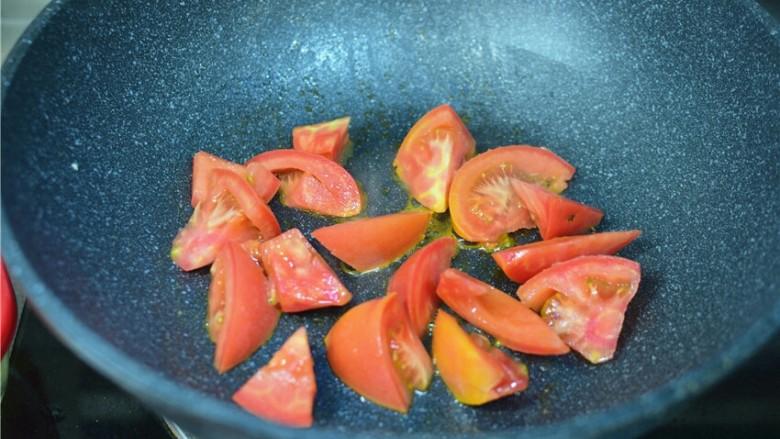 西红柿炒鸡蛋,锅中底油,加西红柿