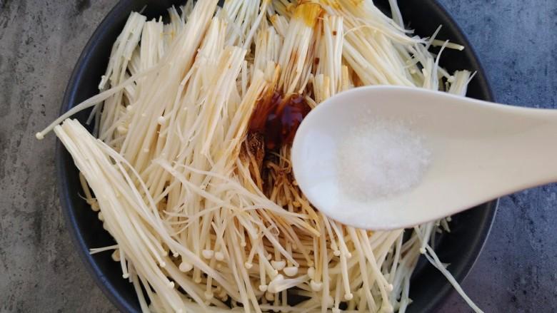 锡纸蒜蓉烤金针菇,适量盐