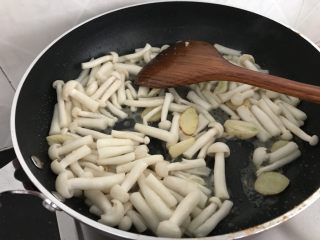 海鲜菇鸡肉炒杂蔬,然后倒入海鲜菇