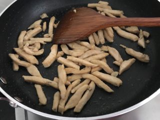海鲜菇鸡肉炒杂蔬,先将鸡肉倒入锅里炒至微焦盛出备用