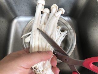 海鲜菇鸡肉炒杂蔬,海鲜菇剪去根部,洗干净