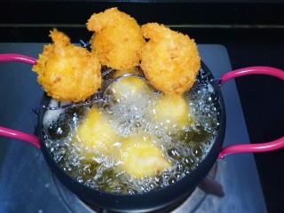 凤尾虾球,锅中放入适量油烧热,用筷子放入油锅中周围有密集小泡时,下入虾球,小火炸至金黄