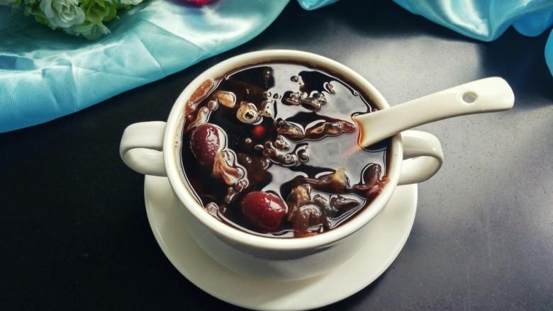 红糖红豆银耳羹,加入红糖,搅拌一下,可以美美的享用了。
