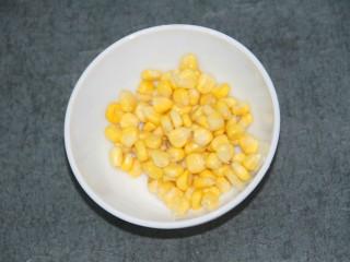 酸甜玉米粒,把玉米粒剥下来