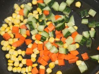 酸甜玉米粒,锅里热油,把三种食材放进去炒