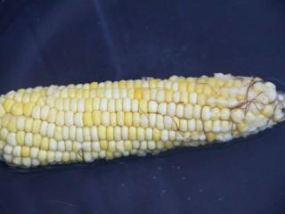 酸甜玉米粒,先准备玉米,放锅里煮一下