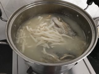 三文鱼头粉葛豆腐汤(即滚靓汤),再加入鲜菇