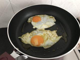 三文鱼头粉葛豆腐汤(即滚靓汤),热锅,煎2荷包鸡蛋(可省略),捞出备用 加2个煎鸡蛋,汤会更甜更浓白