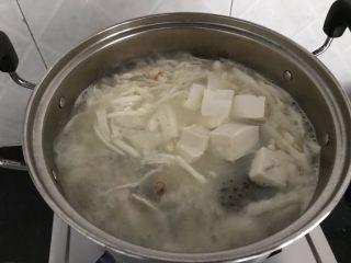 三文鱼头粉葛豆腐汤(即滚靓汤),加入豆腐,煲5-8分钟