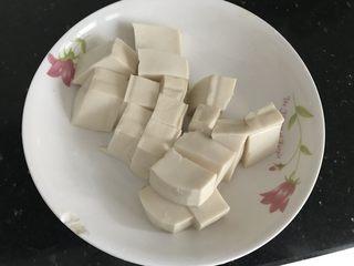 三文鱼头粉葛豆腐汤(即滚靓汤),豆腐切块备用
