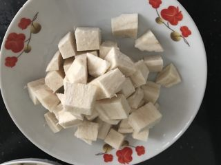 三文鱼头粉葛豆腐汤(即滚靓汤),粉葛去皮随意切块