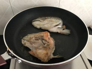三文鱼头粉葛豆腐汤(即滚靓汤),煎至两面金黄即可