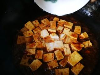#懒人料理#家常烧豆腐(黄豆酱版),然后加淀粉糊,勾芡,在烧一两分钟,即可出锅开动。