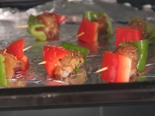 烤鸡肉串,入烤箱烤15分钟左右,上下火180度