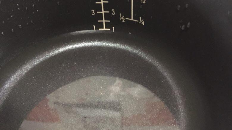 南瓜小米粥,电饭锅里加入水(2人份)