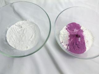 牛奶大米糕 宝宝辅食,大米粉+鸡蛋+紫薯粉, 大米粉分2份,每份60克。有一份里面多加5克紫薯粉。 🌻小贴士:没有现成大米粉的,直接用料理机打。 紫薯粉是紫薯烘干再打粉的,有不会的柚子妈可以单独出菜谱。