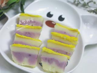 牛奶大米糕 宝宝辅食,大米粉+鸡蛋+紫薯粉,下面2层混色了,蒸了5分钟还没凝结就倒了下一层导致的。 🌻小贴士:可以在米糊里加点蔬菜活在一起蒸,营养更充沛。