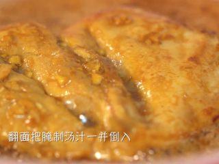 香煎鸡胸肉,倒入腌制酱汁