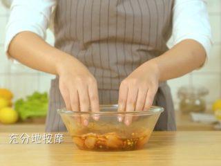 香煎鸡胸肉,充分按摩后,用保鲜膜密封后腌制15分钟
