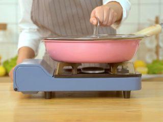香煎鸡胸肉,盖上锅盖焖10分钟