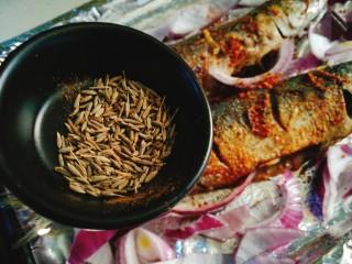 香烤马鲛鱼🐠,再撒些孜然 入烤箱 180℃烤15分钟
