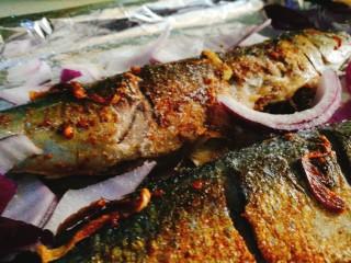 香烤马鲛鱼🐠,放入洋葱 加入少许盐