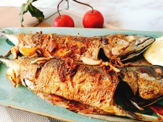 香烤马鲛鱼🐠,烤鱼出炉啦 浓香焦黄趁热吃起来哦
