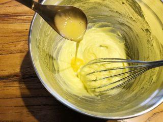 烘焙入门,蔓越莓饼干,加入蛋液,继续搅拌均匀