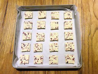 烘焙入门,蔓越莓饼干,烤盘铺吸油纸,将饼干片均匀放置烤盘上