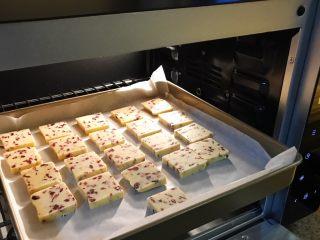 烘焙入门,蔓越莓饼干,送入烤箱,烤20min,对烤箱温度拿不准的可在最后几分钟观察上色