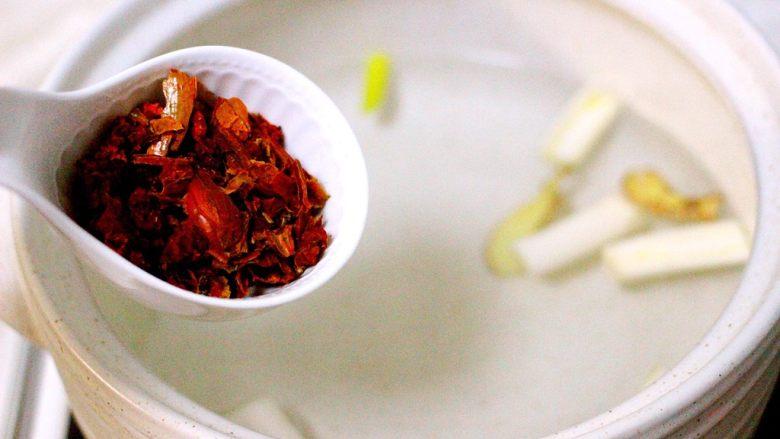盐焗鸡爪和鸡胗 ,栀子用捣蒜的工具捣碎、倒入砂锅中,这样煮出来的鸡爪才会颜色漂亮