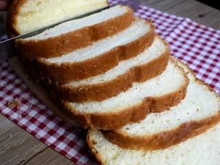 牛油果西多士,将做好的吐司面包切片