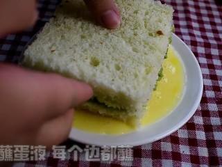 牛油果西多士,将吐司的每一个面都均匀沾上蛋液