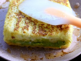 牛油果西多士,用小火一直煎,煎至表面金黄
