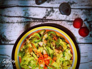 实用快手系列@@甘蓝菜尖椒炒肉丝,有点尖椒的辣,有点甘蓝菜和胡萝卜的甜,有点肉的咸香。蛋白质,维生素,热量都来点!嗯,还不错!