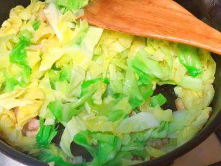 实用快手系列@@甘蓝菜尖椒炒肉丝,下甘蓝菜,炒至有的叶子开始变软,不要太长时间。