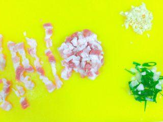 实用快手系列@@甘蓝菜尖椒炒肉丝,五花肉切宽丝,和甘蓝菜宽度差不多就可以了。因为这个肉化透了,所以不好切了,最好是冻肉缓个7分硬。那样可以切得均匀。葱切葱圈,蒜切沫。