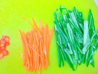 实用快手系列@@甘蓝菜尖椒炒肉丝,胡萝卜切丝,红尖椒切圈。