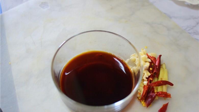 醋溜白菜,将汤汁调料混合一起,拌匀备用